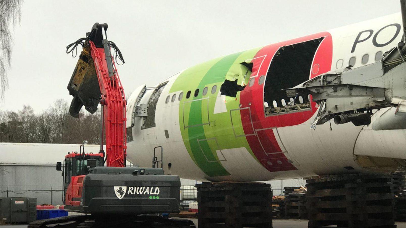 AELS en Riwald slopen en recyclen samen vliegtuigen op Twente Airport